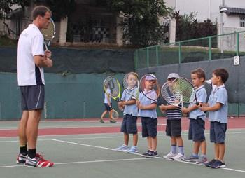 Jeunes parents singapour guide des services for Un cours de tennis